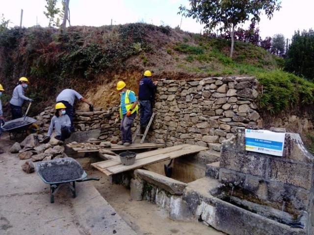 Recuperación muro e fonte  en Freixoso