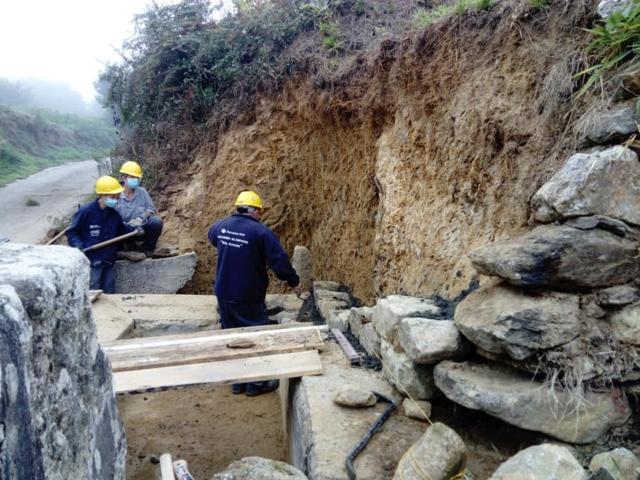 Recuperación de muro e fonte en Freixoso